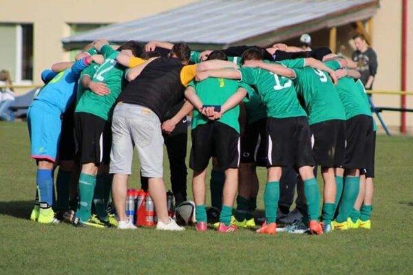 Futbalisti Zázrivej po konečnom hvizde oslavovali postup do šiestej ligy.