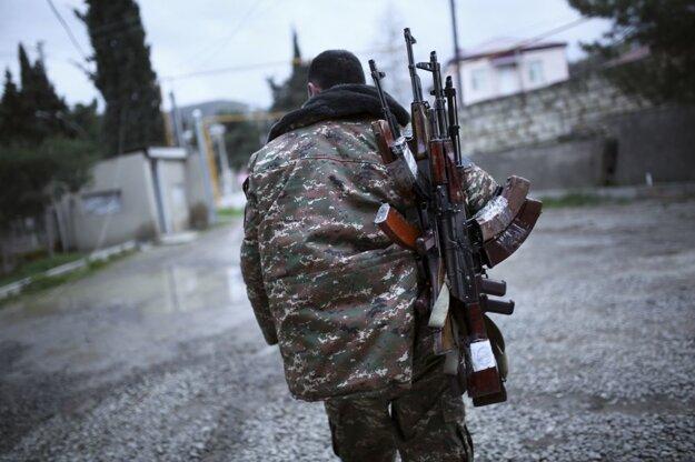 Arménsky ozbrojený bojovník kráča v oblasti Martakert v separastickom území Náhorný Karabach.