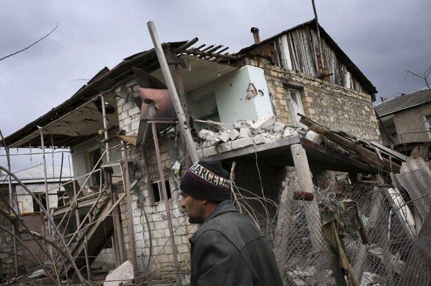 Arménec kráča okolo domu zničeného ostreľovaním v oblasti Martakert.