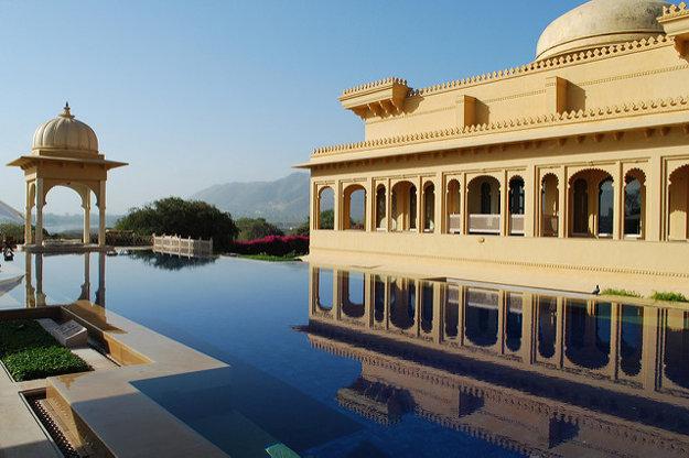Hotel leží pri jazere Pichola v indickom Rádžastáne.