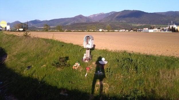 Na križovatke vo Varíne došlo aj k tragickým nehodám. Tie pripomínajú krížiky vedľa cesty.