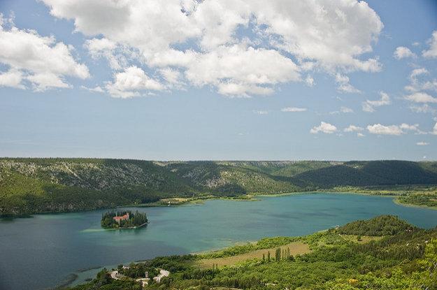 Kláštor na ostrove Visovac v Národnom parku Krka.