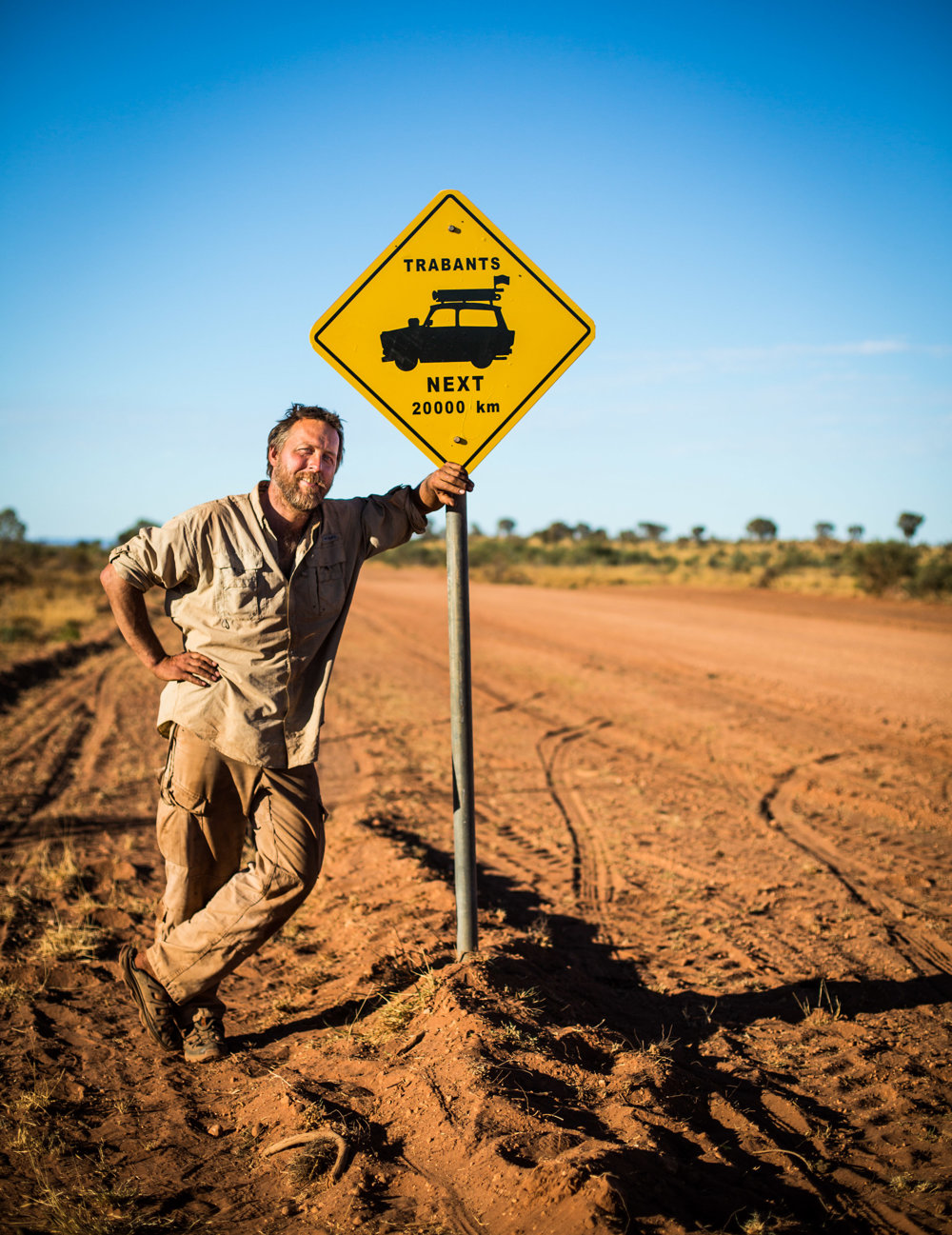 Dan Přibáň (40) je režisér a cestovateľ a bývalý český novinár. Predtým pracoval ako redaktor v MF DNES a v časopise ABC. V roku 2007 odišiel na prvú výpravu na trabantoch po Hodvábnej ceste do Uzbekistanu, nasledovali ďalšie tri expedície v Afrike, Južnej Amerike a Tichomorí.