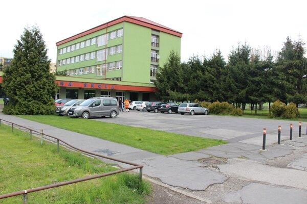 V auguste sa bude asfaltovať aj pri Spojenej škole v Kysuckom Novom Meste.