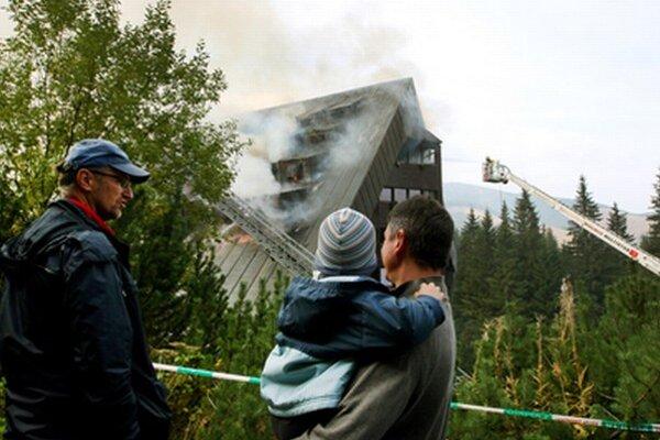 Plamene známy hotel prakticky úplne zničili.