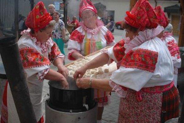 Kuchyňa starých materí býva súčasťou folklórnych slávností.