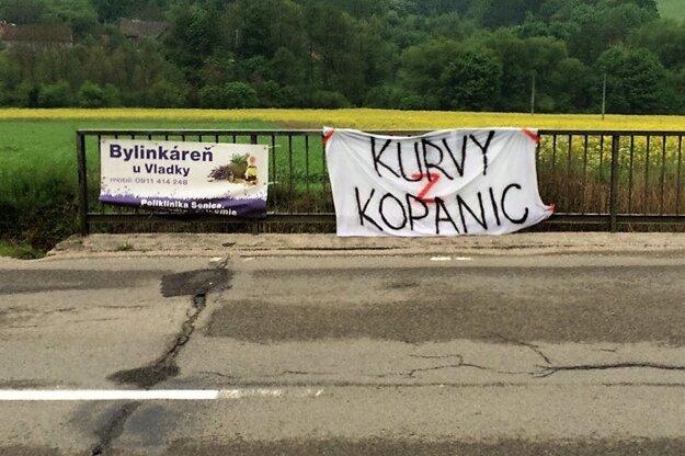 Hanlivé slogany na adresu Myjavy.