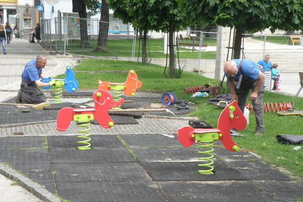 Pracovníci technických služieb namontovali nové strunové hojdačky.