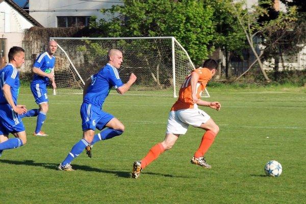 Futbalisti Čeľadíc (v modrom) vnedeľu doma porazili Veľké Lovce 4:3. Snímka je znedávneho zápasu vKolárove.