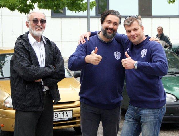 Radosť z úspechu má aj otec Tibor Kraščenič (vľavo), ktorý tiež pomáhal písať históriu volejbalu v Nitre.