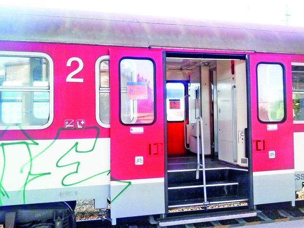 Vozeň s nálepkou býva v strede vlakovej súpravy.