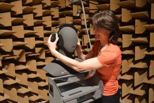 """Monika Rychtáriková so zariadením """"umelá hlava"""", ktoré sa využíva sa pre binaurálne nahrávky a merania priestorovosti."""