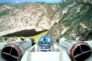 Hrdinom videa je R2-D2.
