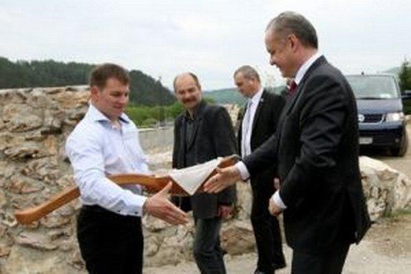 Na farme v Slovenskej Ľupči mu naservírovali syr vo veľkej drevenej lyžici.