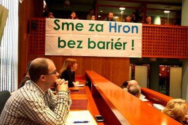 Svoj názor na výstavbu malých vodných elektrární prišli na zastupiteľstvo vajdriť aj aktivisti zo združenia Hron pre slobodné rieky.