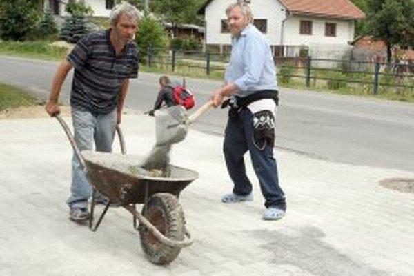 Chodníky opravovali v meste aj vlani.
