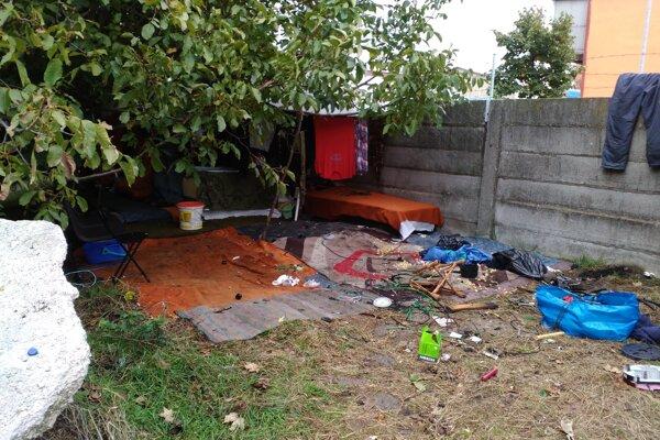 Jedno zo stanovíšť bezdomovcov vedľa Trnávky.