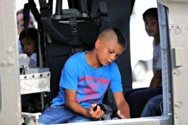 Rómske deti pri prehliadke helikoptéry Black Hawk.