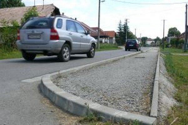 Jednou zprvých úloh pre novú starostku v Dúbravách boli nedokončené chodníky.