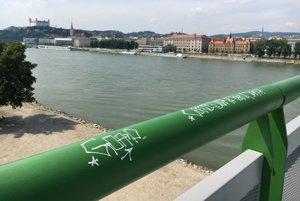 """Na vynovenom Starom moste nechali za sebou odkaz už aj """"grafiťáci""""."""