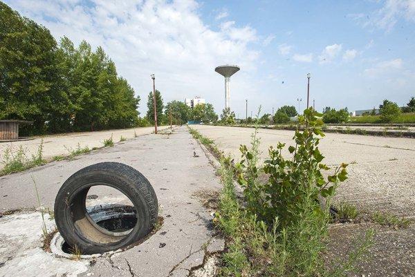 Bývalé autobusové nástupište na periférii Trnavy.