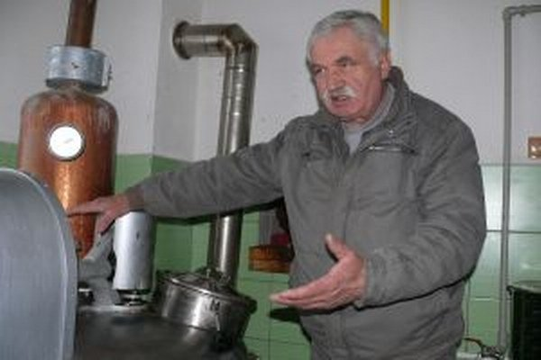 Štefan Kovár vo svojej pálenici.