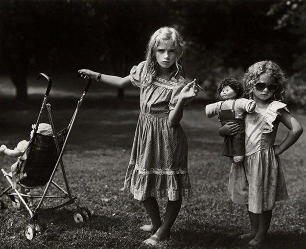 Sally Mann je známa svojimi veľkoformátovými fotografiami na ktorých dlhé roky zachytávala okamihy zo života svojich vlastných detí. Fotografiu s názvom