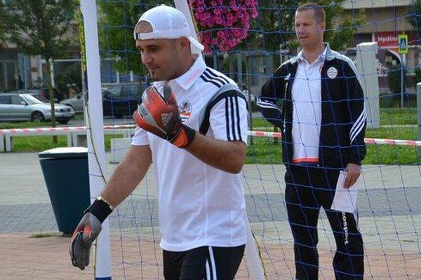 Predseda ŠK Novohrad Miroslav Beran zasahoval medzi žrďami. Napokon, je to skúsený futbalista.