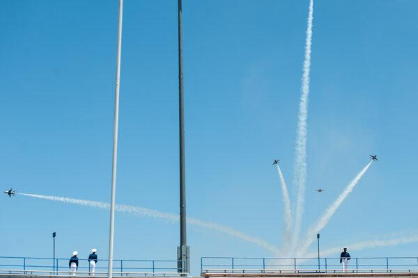 Predvádzacia letka Thunderbirds počas ceremoniálu v Colorade.