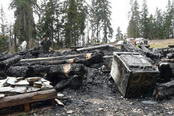 Bývalý zrub v sedle Burda, ktorý slúžil ako informačné centrum, vyhorel do tla v novembri 2012.