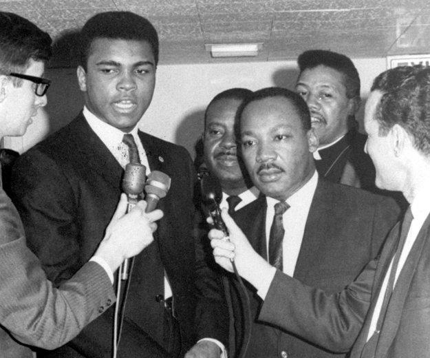 Dvojica, ktorá patrí medzi najznámejších Afroameričanov v histórii. Mladý Muhammad Ali a Dr. Martin Luther King (vpravo) odpovedajú na otázky médií.