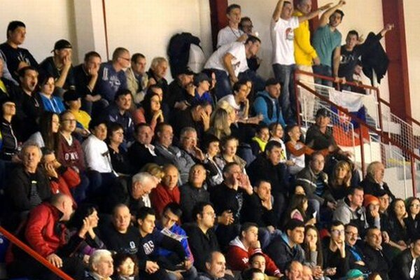 Novohradská športová verejnosť fandí basketbalu.
