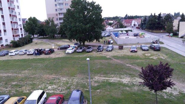 Takto parkovali futbaloví fanúšikovia pri zbernom dvore.