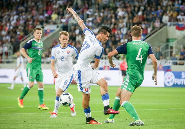 Ani Marek Hamšík (číslo 17) neprestrelil obranu súpera.