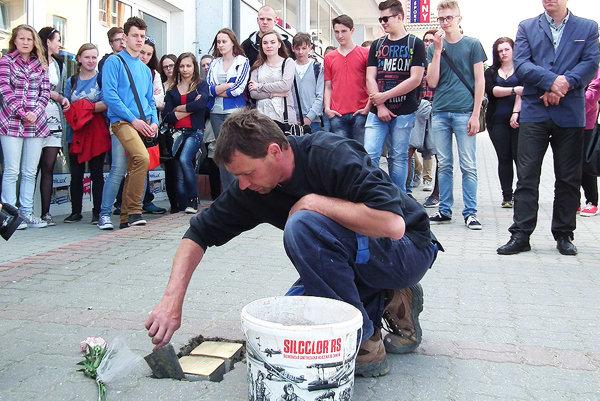Osádzanie kameňov na Hviezdoslavovej ulici v Námestove.