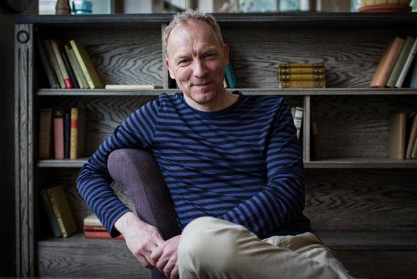 Jón Kalman Stefánsson (52) sa narodil vReykjavíku, publikoval doposiaľ 11 románov, prvý vroku 1996. Prerazil vroku 2005 románom Letné svetlo apotom príde noc, za ktorý získal Islandskú literárnu cenu. Na rovnakú bol nominovaný aj svojím najnovším dielom Ryby nemajú nohy (2013). Obe knihy vyšli aj vslovenskom preklade.