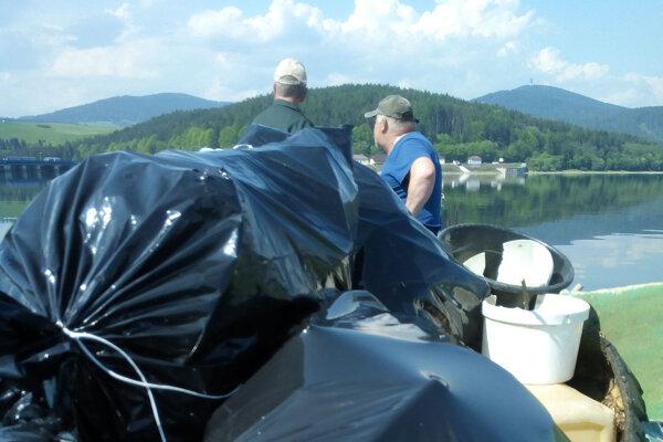 Odpadom zbrehov vodnej nádrže naplnili takmer 150 vriec.