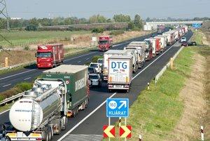 Po rannej zrážke dvoch kamiónov na maďarskej diaľnici M1 pri obci Biatorbágy sa vytvorila päťkilometrová kolóna.