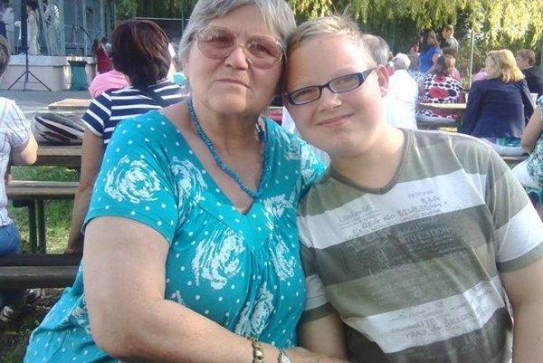 Mária s vnukom Tomášom. Nepríjemnosti so susedmi zažívajú opäť.