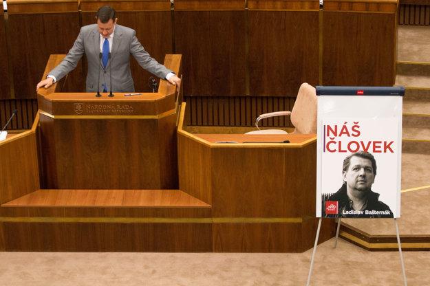 V pléne sa objavil aj plagát. Bašternák náš človek.