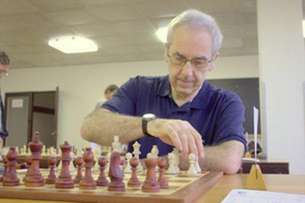 Stephen Sienczyk z Walesu sa medzi šachistami v Čadci cítil výborne.