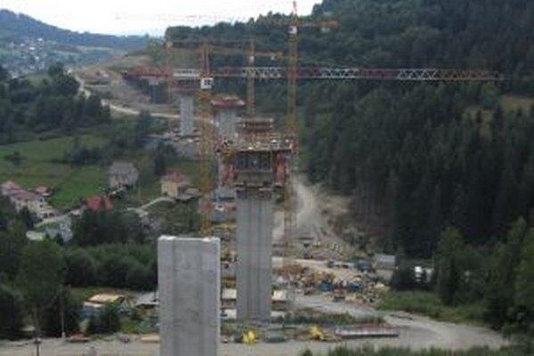 Práce na jednom z najťažších diaľničných úsekov, ktoré sa v súčasnosti na Slovensku stavajú, prebiehajú podľa plánu.