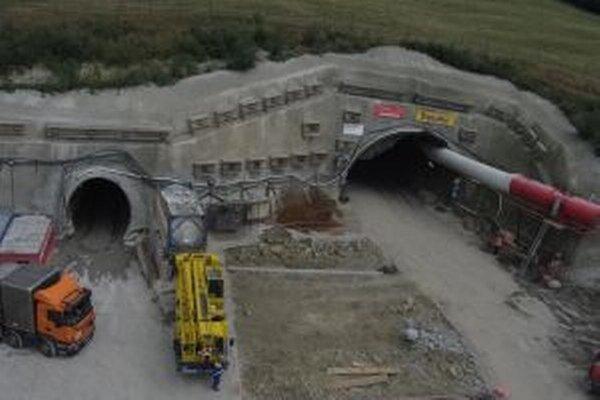 Tunel Poľana je dlhý takmer 900 metrov.