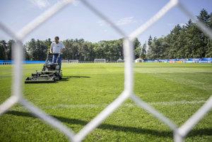 Ako zelený koberec. Vo Vichy majú slovenskí futbaloví reprezentanti vytvorené špičkové podmienky.
