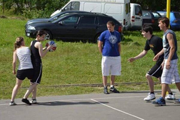Basketbalisti sa stretnú na ZŠ Komenského.