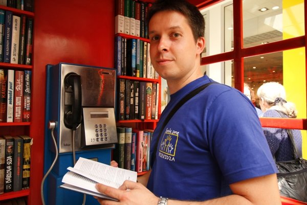 Svojou knihou do knižnice prispel aj prievidzský spisovateľ Marek Mittaš.