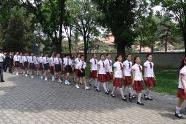 Deti na základnej  a strednej škole chodia do školy v uniformách.