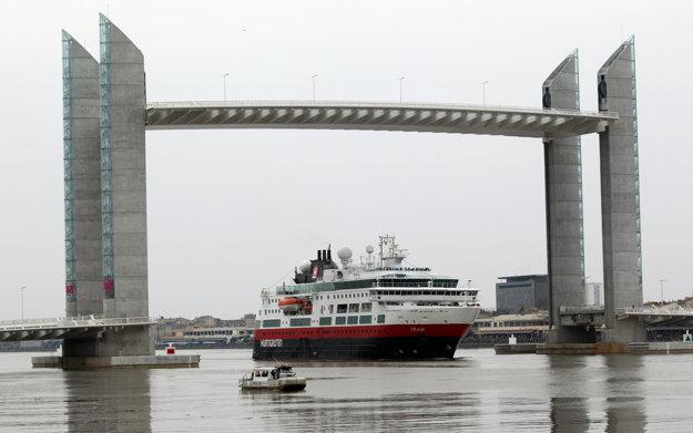 Pont Jacques Chaban-Delmas  s celkovou dĺžkou 670 m a rozpätím  100 m je najdlhší vertikálny pohyblivý most v Európe.