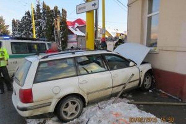 V utorok 3. februára popoludní spôsobil v Žiline na kruhovom objazde na Závodskej ulici dopravnú nehodu 32-ročný vodič jazdiaci na vozidle VW Passat.