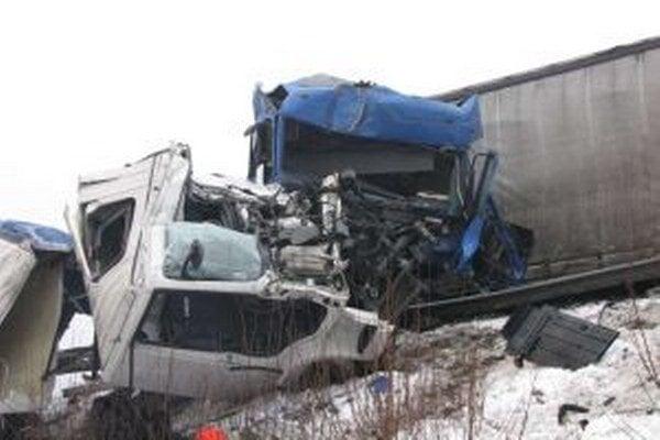Pri nehode sa zrazili dva kamióny a vozidlo Fábia.